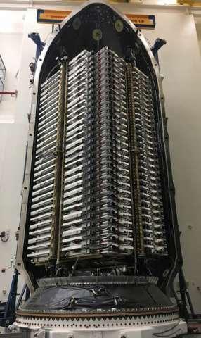 تصاویری از 60 ماهواره آماده پرتاب در ایستگاه SpaceX منتشر شد